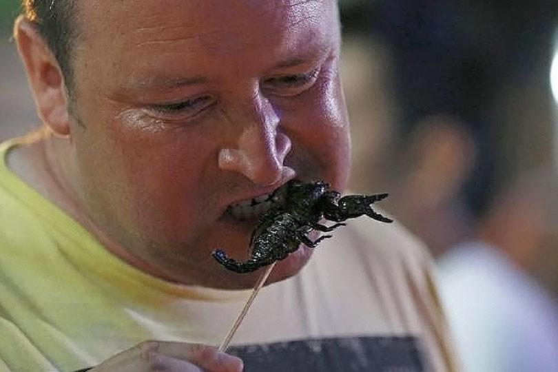 Äta insekter i Thailand.